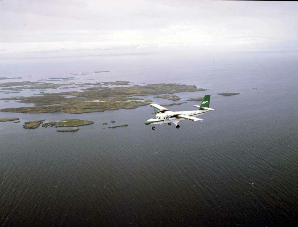 Luftfoto. Ett fly DHC-6-300 Twin Otter fra Widerøe.