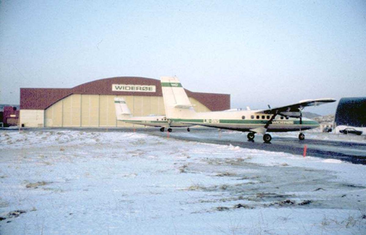 Lufthavn/Flyplass. Hammerfest. Ett fly, LN-BNS, DHC-6-300 Twin Otter fra Widerøe.