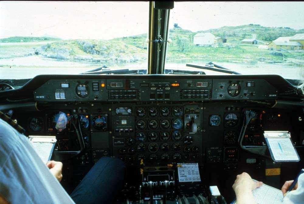 Lufthavn/Flyplass. Svolvær/Helle. Cockpit, De Havilland Canada DHC-7-102 Dash 7 fra Widerøe