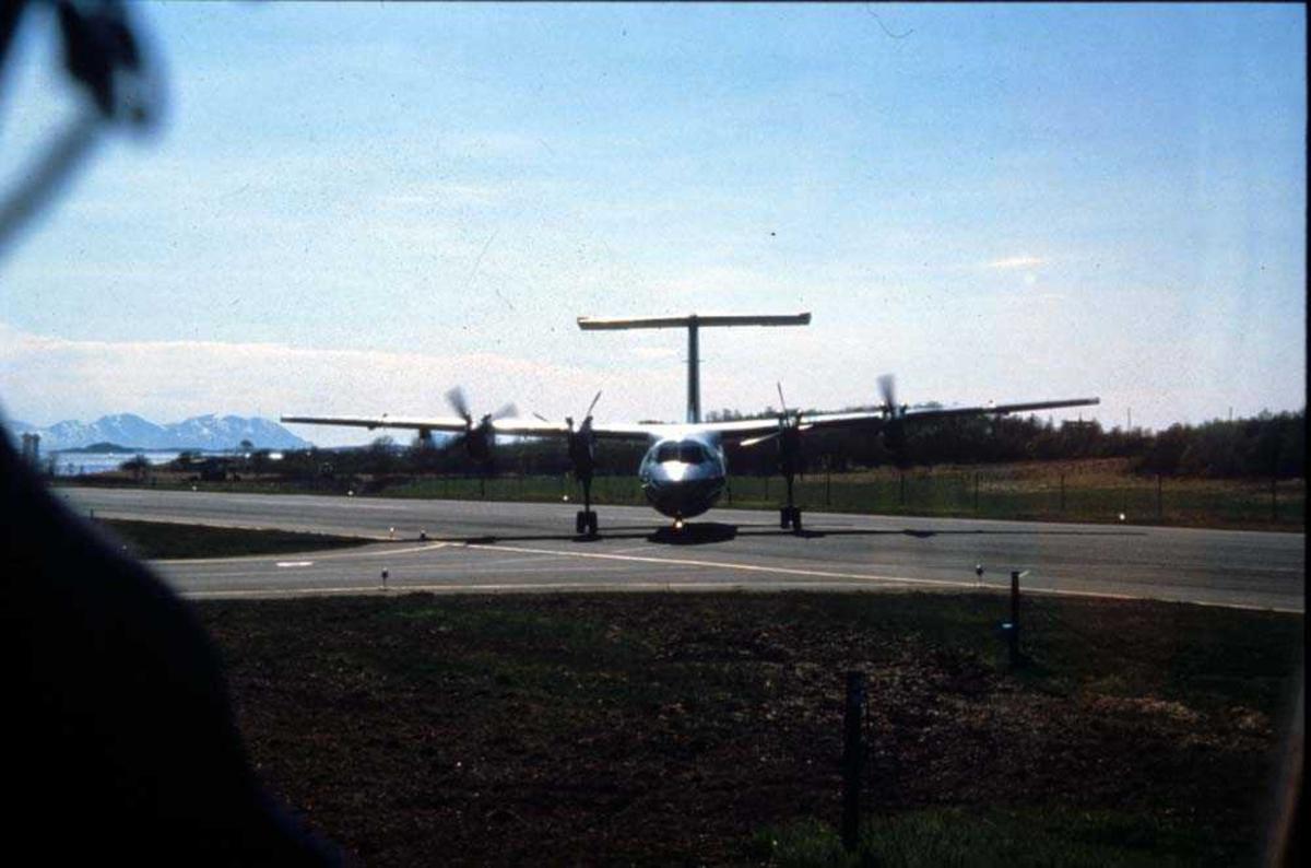 Lufthavn/Flyplass. Ett fly, De Havilland Canada DHC-7-102 (Dash 7) fra Widerøe