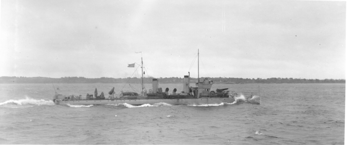 Fartyg: ANTARES                         Rederi: Kungliga Flottan, Marinen Byggår: 1909 Varv: Götaverken, Göteborgs MV Övrigt: Vedettbåten Antares under gång till sjöss.