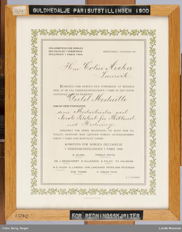 Erklæring fra Komiteen for Norges deltagelse på verdensutstillingen i Paris 1900 om at Colin Arche,r av den internasjonale komité,  har blitt tilkjent gullmedalje som medarbeider ved Norsk Selskab for Skibbrudnes Redning.