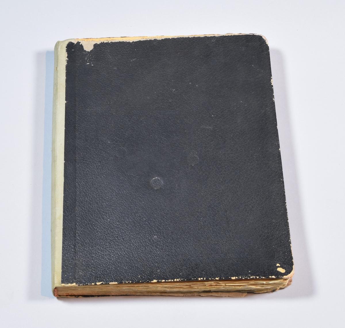 Gjenstanden er en kopibok med kopier av brev og fakturaer. Boka er trukket med svart papiromslag i skinnimitasjon. Ryggen er i gråbeige tekstil. Bokas første sider består av skilleark markert med bokstavene i alfabetet. Her kan kundens navn føres opp, sammen med henvisninger til hvilke sider i boka som gjelder den aktuelle kunden. Teksten i boka er hovedsakelig håndskrevet og noe er maskinskrevet, alt på tynt og gjennomsiktig papir. Sidene i boka er numerert fra 1 til 466 og dekker årene 1919 til 1922. De siste sidene i boka er revet ut.