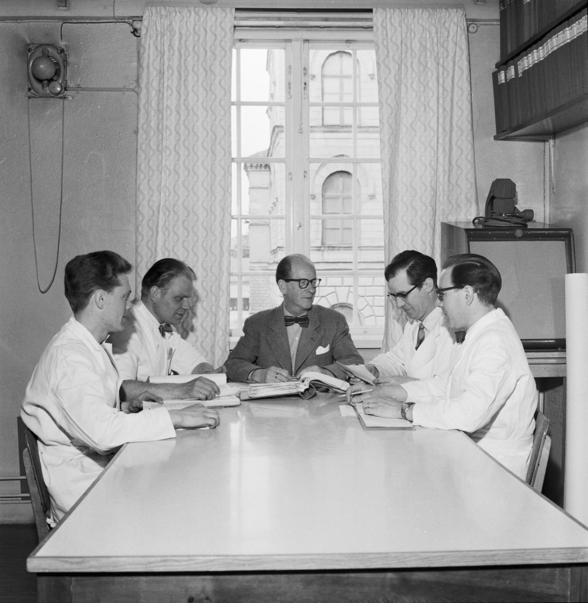 """Övrigt: Foto datum: 24/5 1957 Byggnader och kranar """"Varvet runt"""" labbpersonal. Närmast identisk bild: V13763, ej skannad"""
