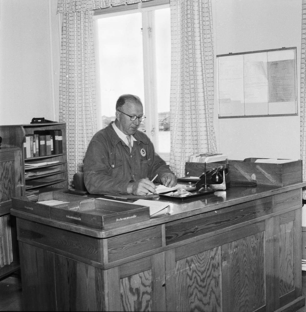 Övrigt: Foto datum: 13/8 1957 Byggnader och kranar Interiör från kontor