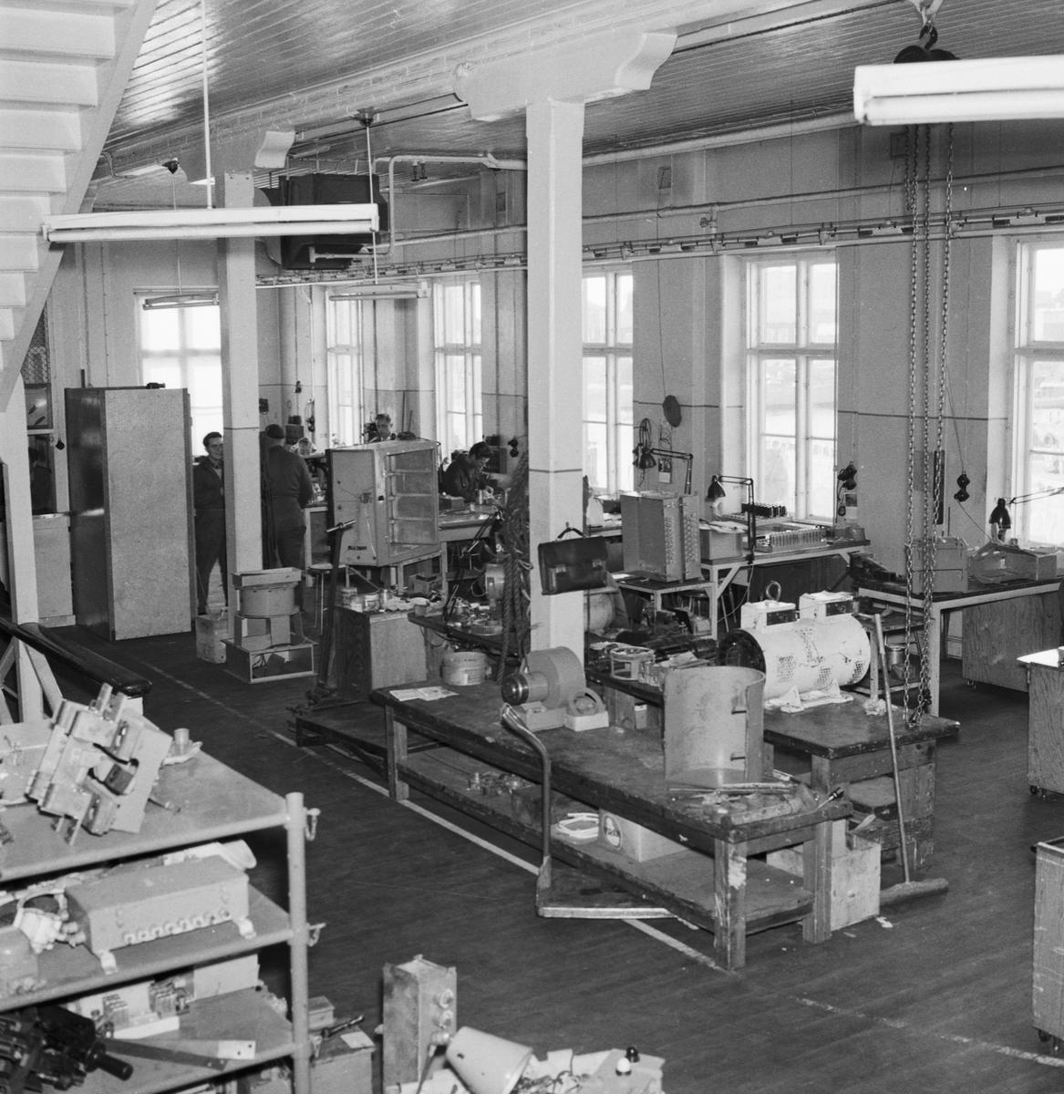 Övrigt: Foto datum: 14/9 1957 Byggnader och kranar Elverkstan stansmaskin