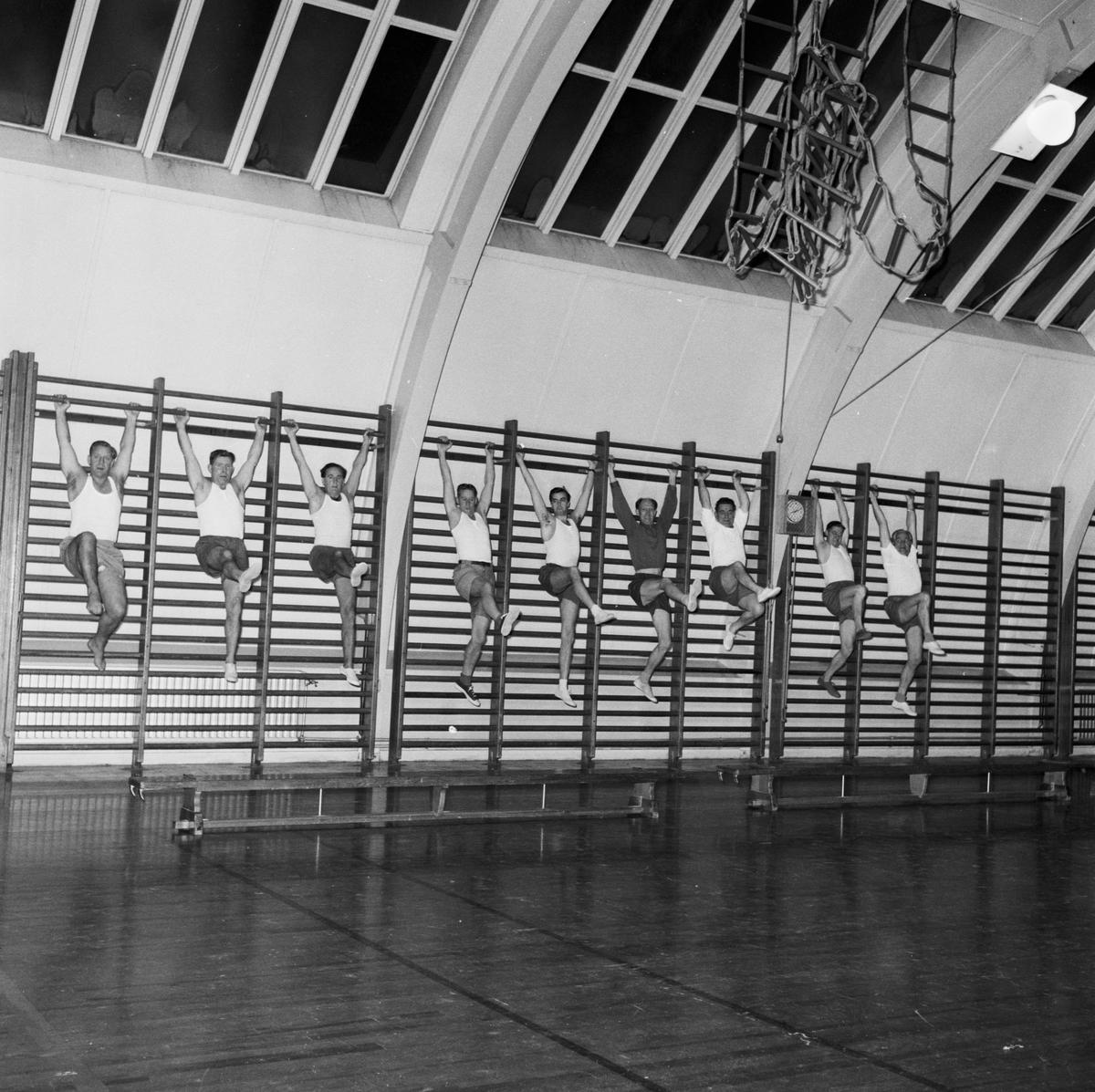 """Övrigt: Foto datum: 8/11 1957 Byggnader och kranar """"Varvet runt"""" gymnastiksgruppen. Närmast identisk bild: V14215, ej skannad"""
