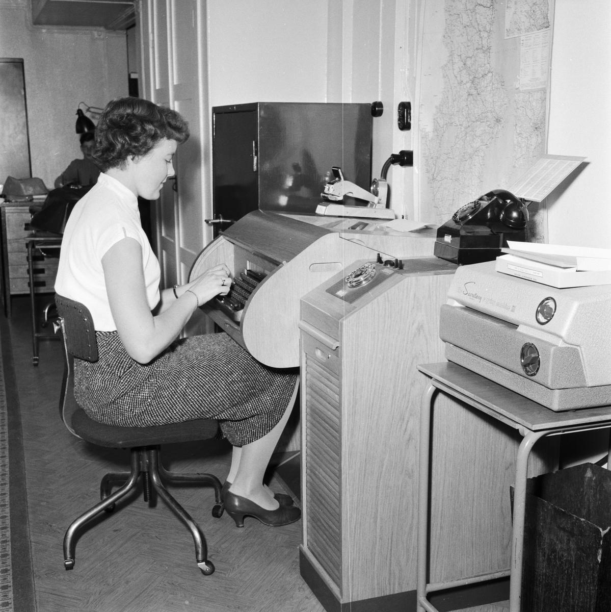 Övrigt: Foto datum: 8/11 1957 Byggnader och kranar Bokföringskontoret. Närmast identisk bild: V14260, ej skannad