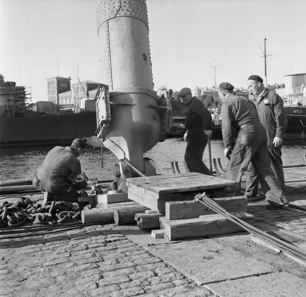 Övrigt: Fotodatum:8/10 1958 Byggnader och Kranar. Rivning av maskranen ext o int på g:a kajen vid maskinverket. Närmast identisk bild: V16152, ej skannad