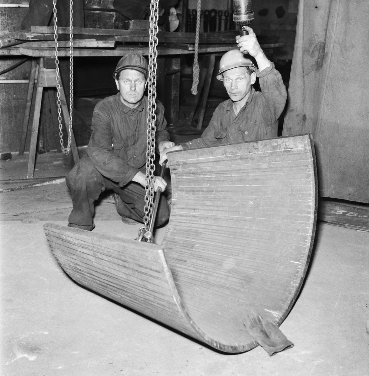 """Övrigt: Foto datum: 12/6 1961 Byggnader och kranar """"Varvet runt"""" plåtböjning pressen hyvel i maskinverkstan. Närmast identisk bild: V23343, ej skannad"""
