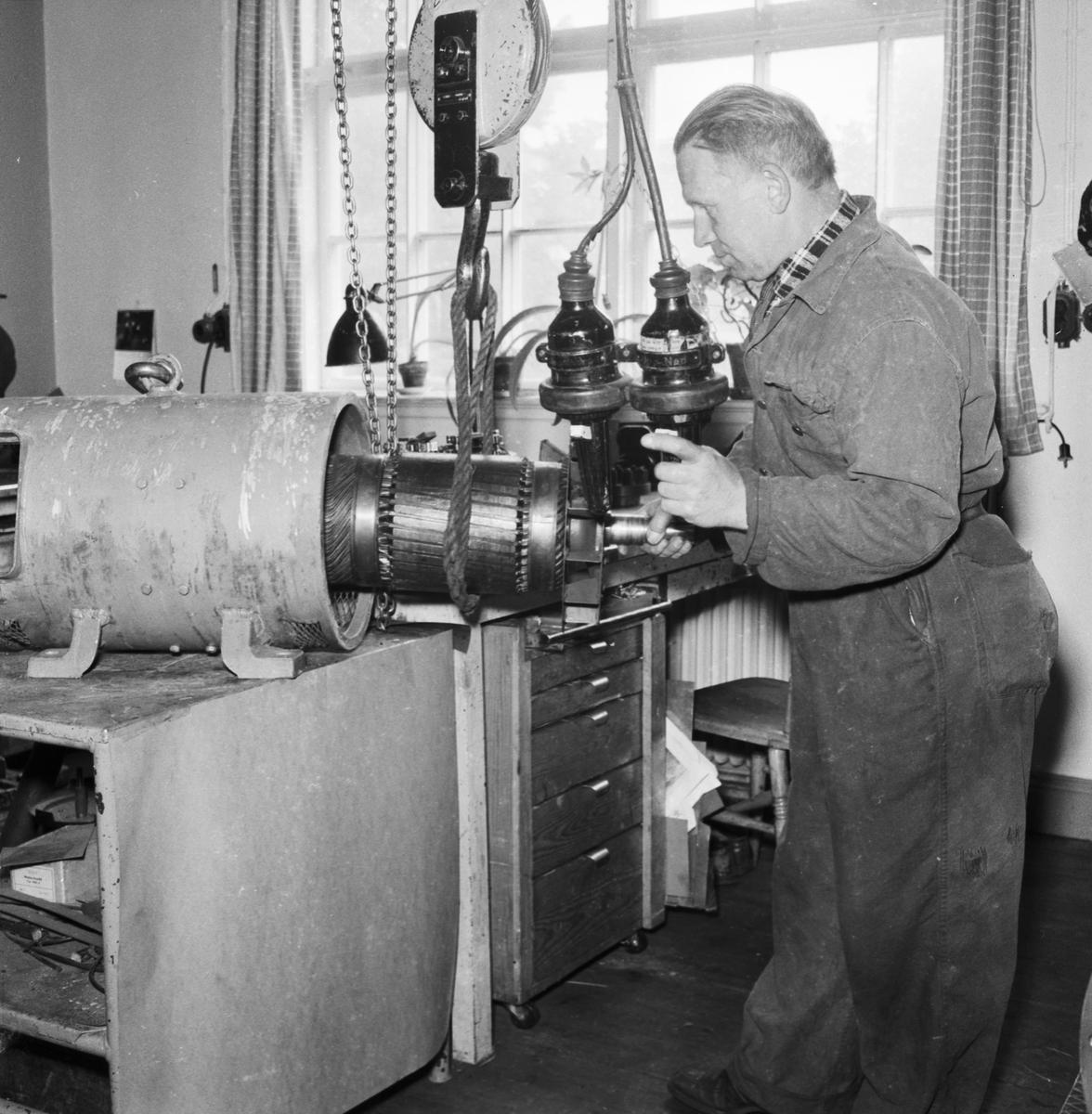 Övrigt: Foto datum: 11/7 1961 Byggnader och kranar Elverkstan arbetsbilder. Närmast identisk bild: V23367, ej skannad