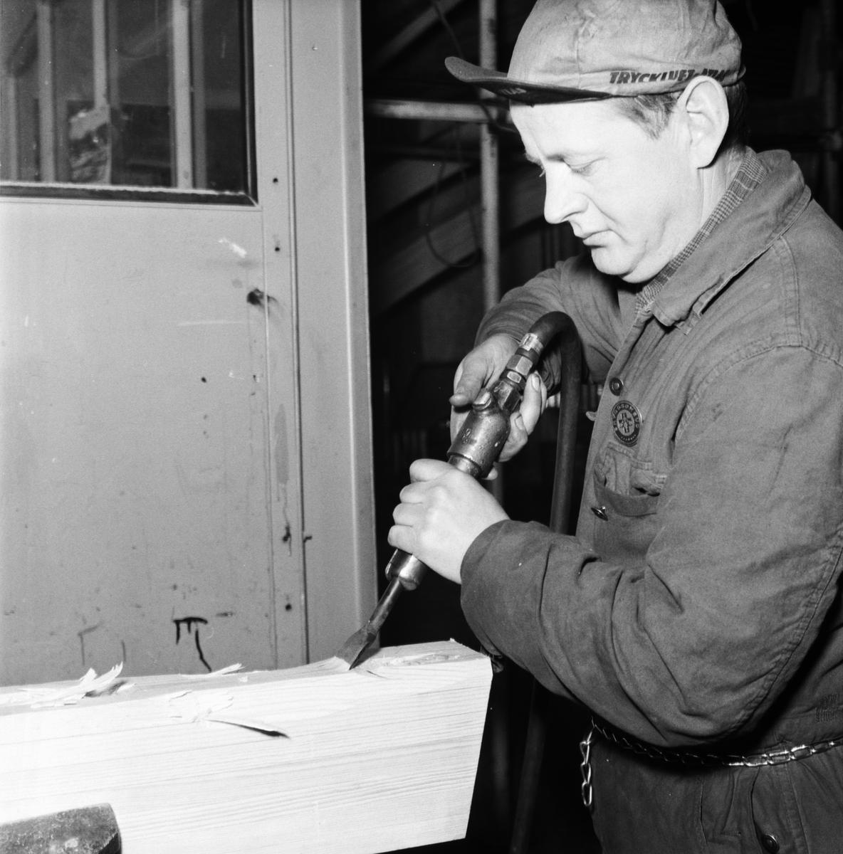 Övrigt: Foto datum: 12/12 1961 Byggnader och kranar Tryckluftsverktyg i minsvephallen. Närmast identisk bild: V23505 och V23506, ej skannade