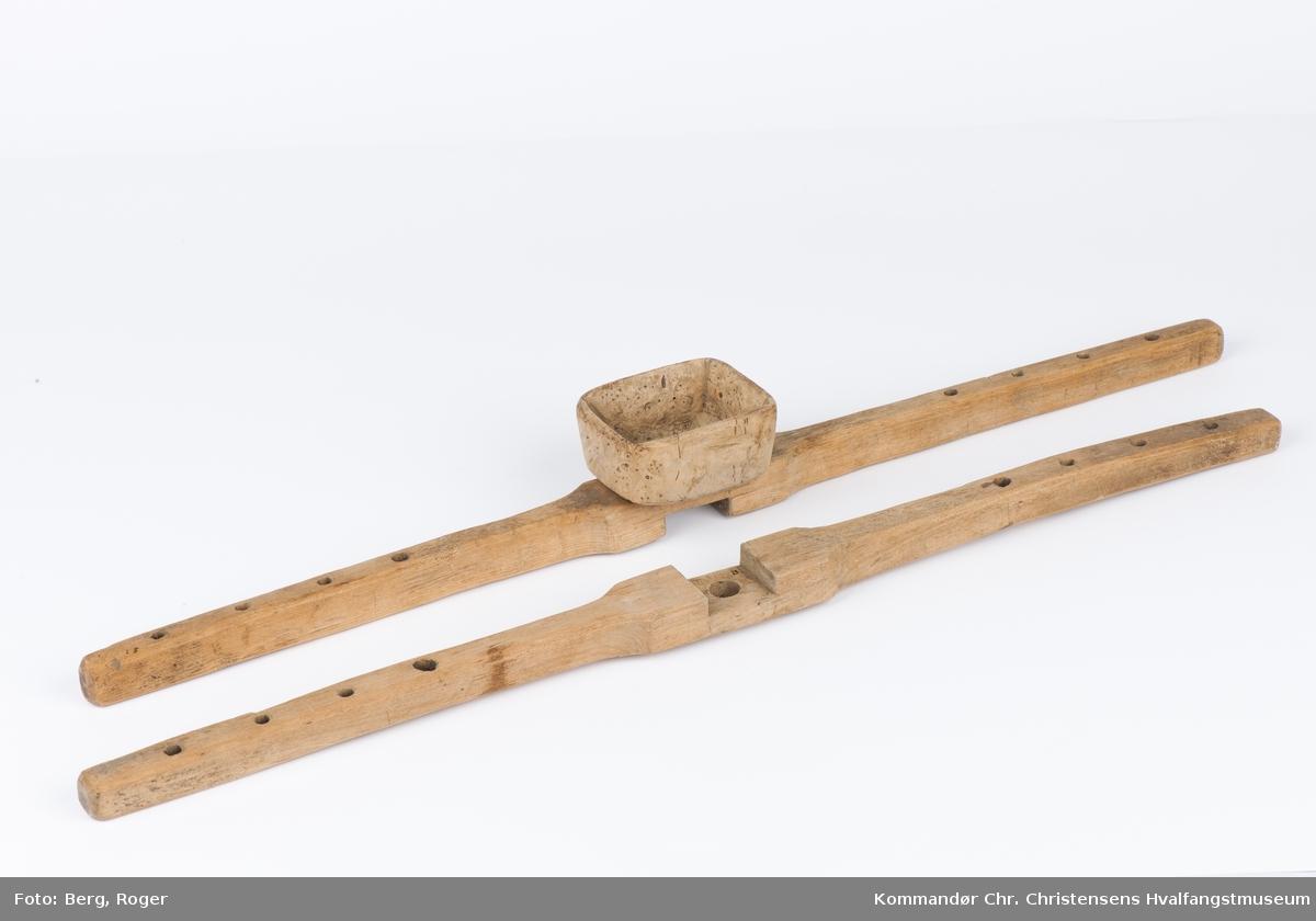 Teknikk: Teljet (spikket med kniv), 4 skråborrede hull i hver arm. Senket, løst sammenføyd. Nøstekopp av valbjørk festet med 2 skruer