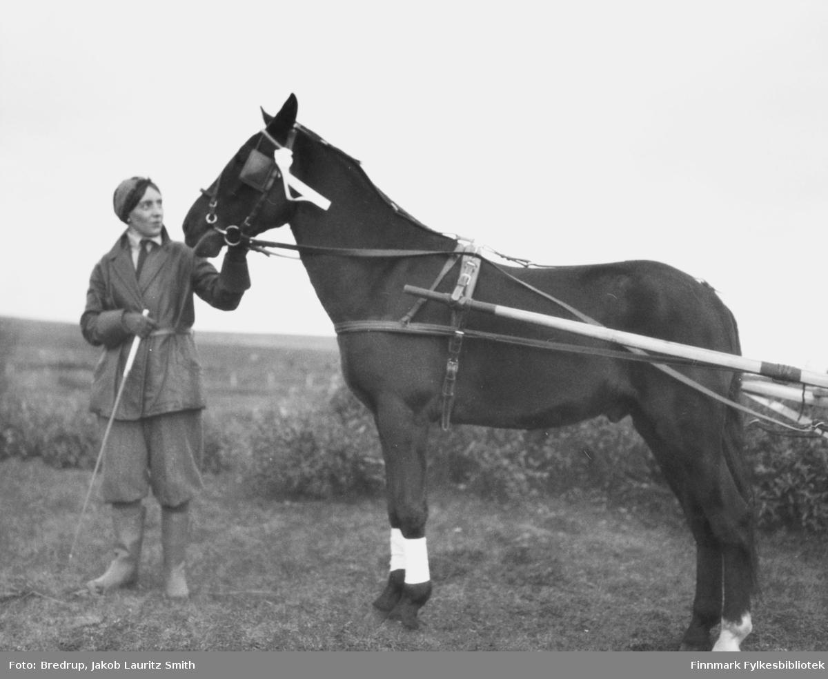 Fru politimester Hofgaard holder hesten 'Kavaler'.