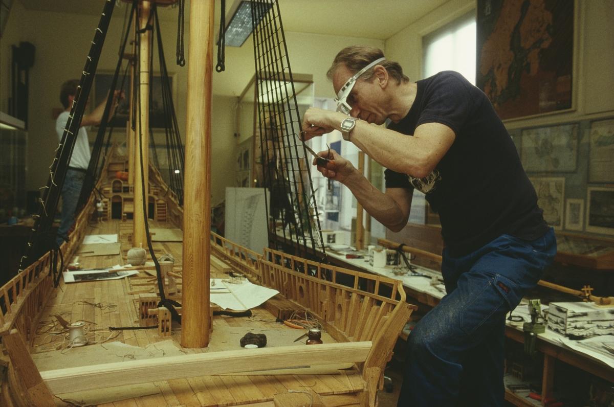 Modellkonservator Göran Forss under byggandet av Vasamodellen i skala 1:10.