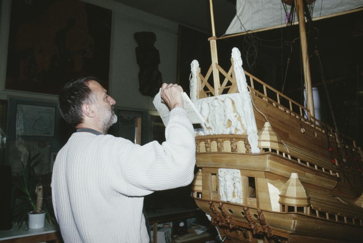 Ingvar Jörpeland i arbete med akterspegeln på vasamodellen i skala 1:10. Skulpturerna och övrig utsmyckning på modellen är skulpterade i cernitlera.