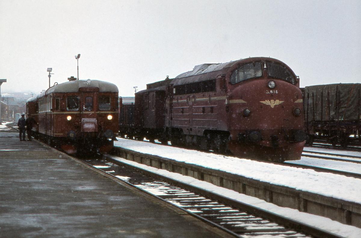 Motorvogn type 86G og dieselelektrisk lokomotiv Di 3 618 på Røros stasjon. Motorvognen har kommet fra Hamar som Pt 371, og godstoget er på vei til Trondheim.