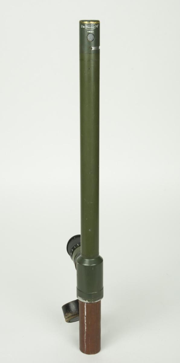 Periskop med väska. På kontrollappen från I4/FO 41 står det att de i sin tur fått periskopet från FFV Aerotech 19900905. Dess individ nr. var då 19021. Bilaga Kontrollapp.