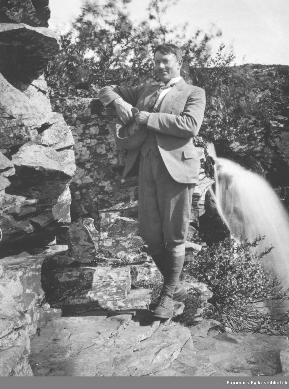 Jakob Laurits Bredrup stående ved Fossen i Vadsø