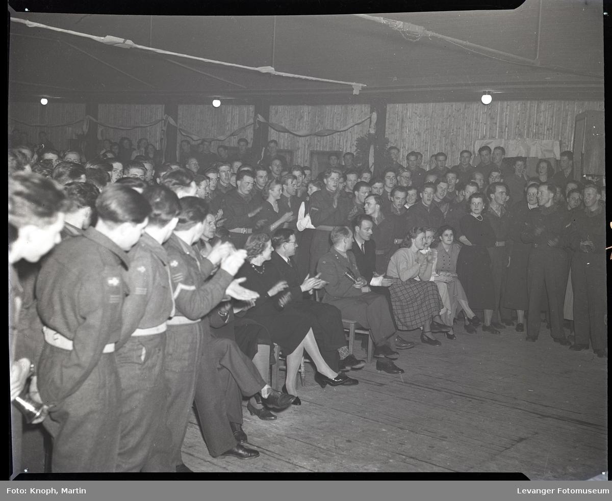 Forsamling i militærleiren.