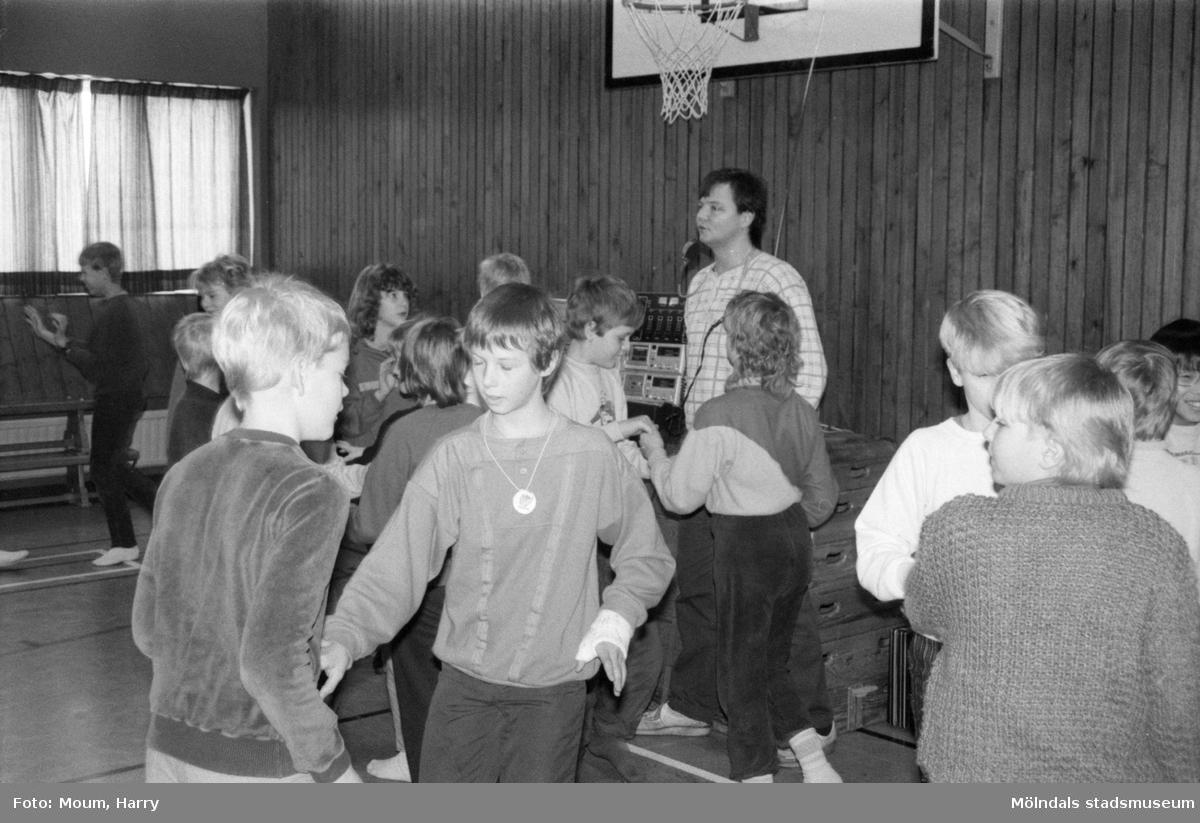 Dansundervisning för skolbarn i Sinntorpsskolans gymnastiksal. Lindome, år 1985.  För mer information om bilden se under tilläggsinformation.