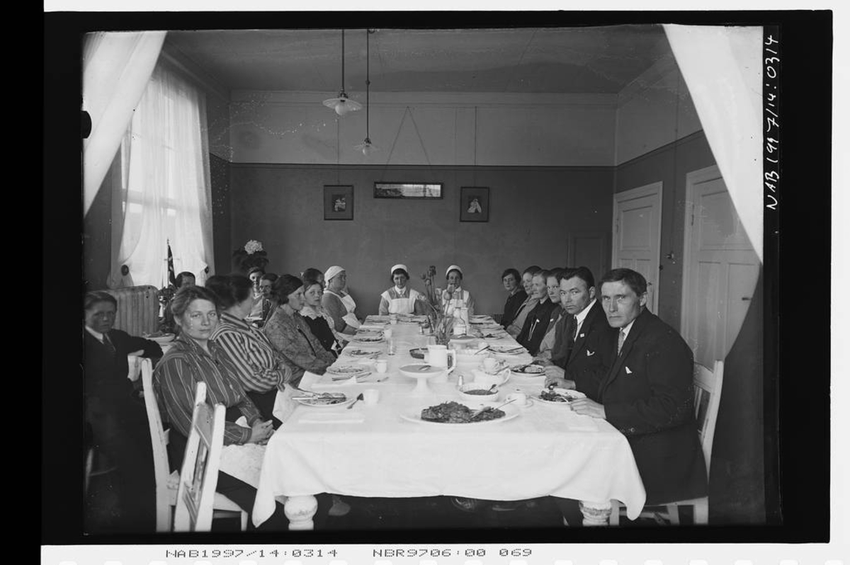 Sykesøstrer og pasienter med middagsbordet? Narvik pleiehjem?