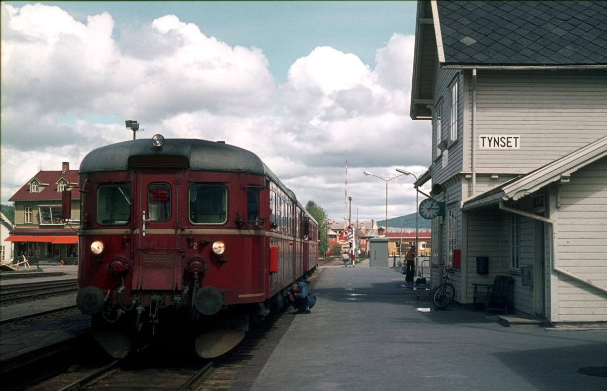 Persontog 372, Røros - Hamar, med motorvogn BM86G 13 på Tynset.
