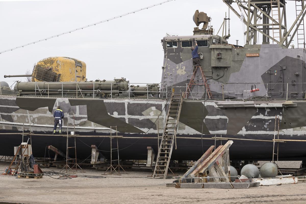 Musei robotbåten VÄSTERVIK tillhörande Marinmuseum ligger uppe på land för renovering/ommålning. Hasslö båtvarv ombesörjer detta.
