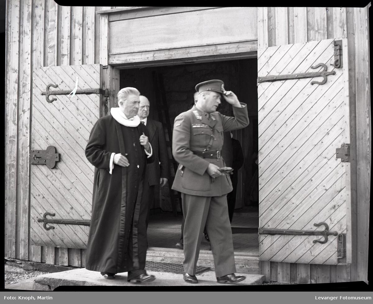 Prost Eik Nes og kronprins Olav.
