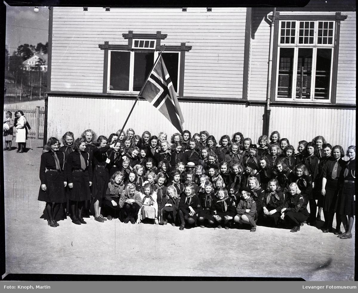 17.mai på Steinkjer. Mange speidere samlet foran gymsal.