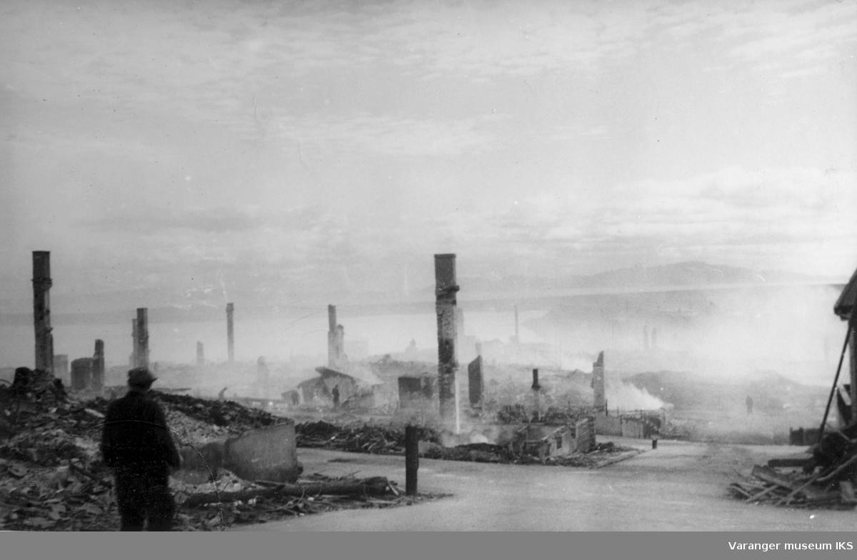 """Vadsø sentrum etter storbombingen august 1944. Bildet er tatt  mot sydøst omtrent fra """"Apotekersvingen"""", dvs. der Oscarsgate og Nyborgveien møttes mot Brodtkorbbakken. Ruinene av apoteket nærmest til venstre."""