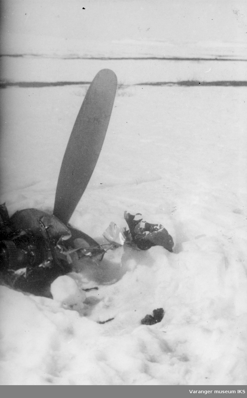 Motordel tilhørende den russiske jagerbomberen som ble skutt ned utenfor Vadsø 10. mai 1944.