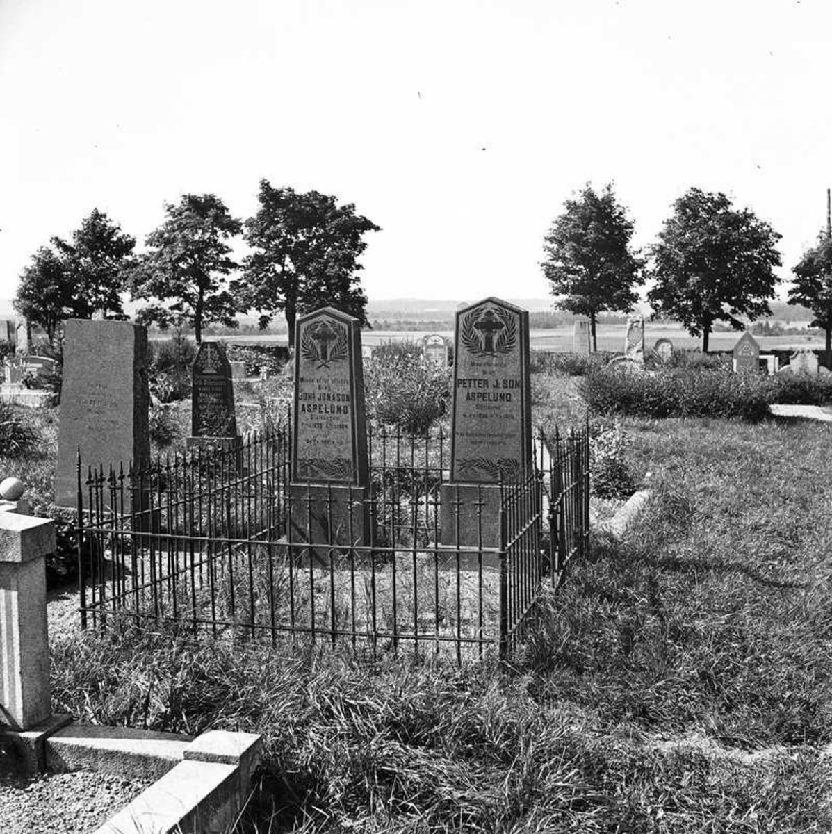 Järbo, Dalsland. Bröderna Petter J:son Aspelunds och Johannes Jonason Aspelunds gravar på socknens kyrkogård. 6 Aug 1944.