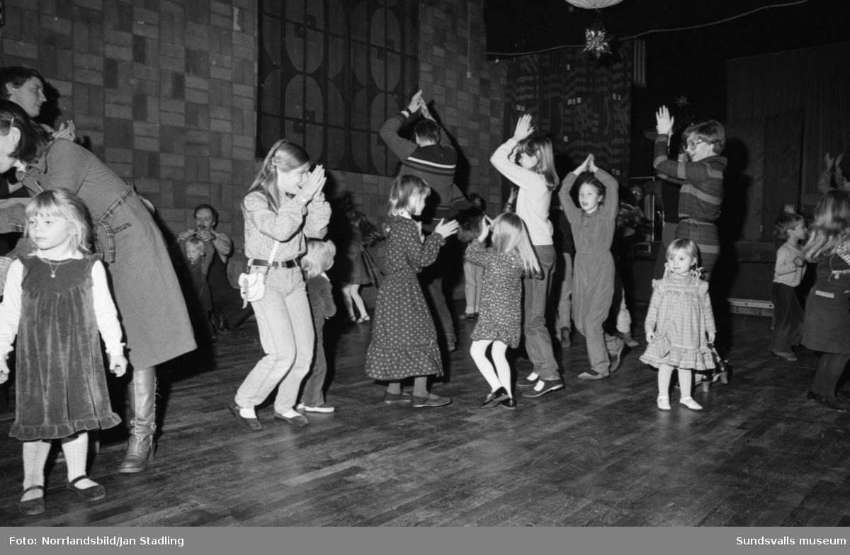 Scandias barnfest på Skönsbergs Folkets hus, julgransplundring.