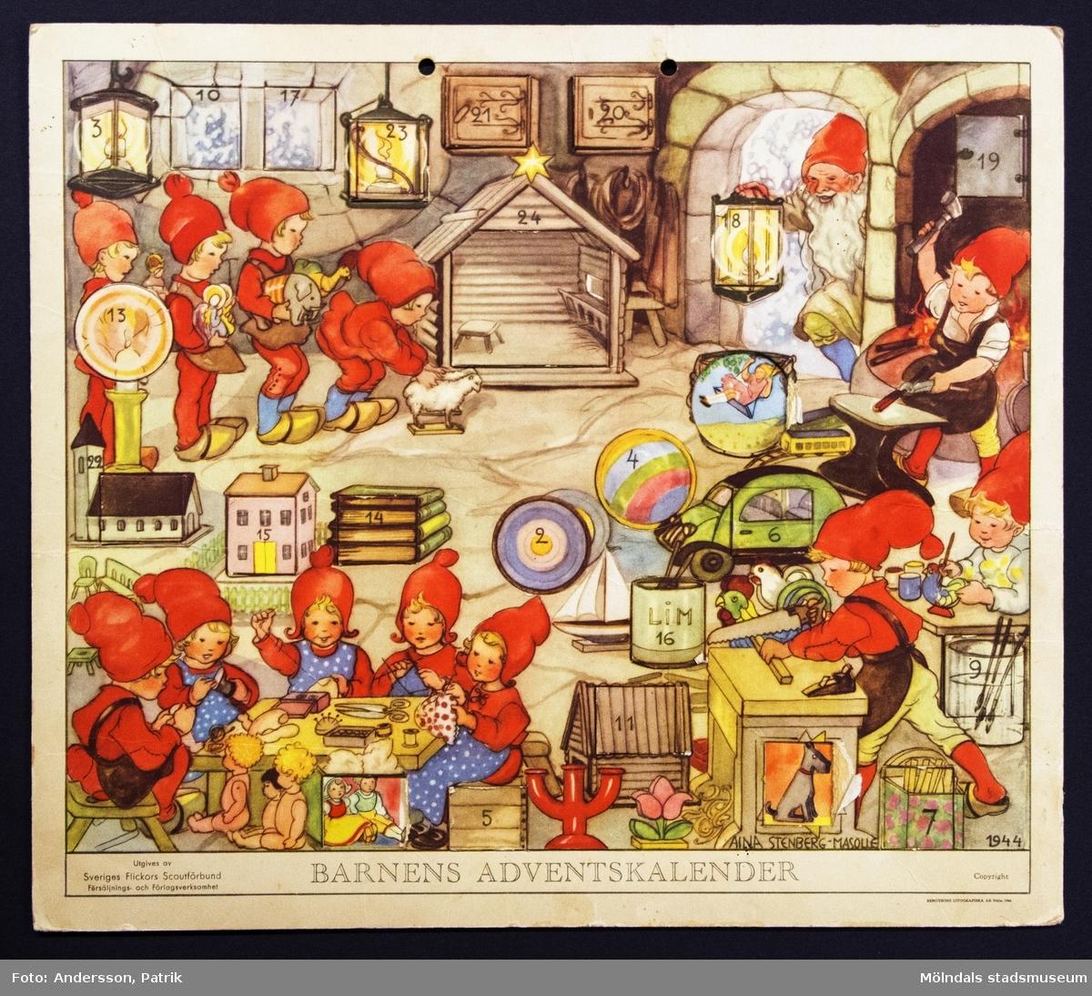 Barnens adventskalender från december 1944 utgiven av Sveriges Flickors Scutförbund. Motivet är tecknat av Aina Stenberg - Masolle. Kalendern fick Gunilla Ferm tillsammans med sina systrar Birgitta och Kristina. Kalendern gick i omtryck 1976. I övre kanten på kalendern finns två hål för upphängning.