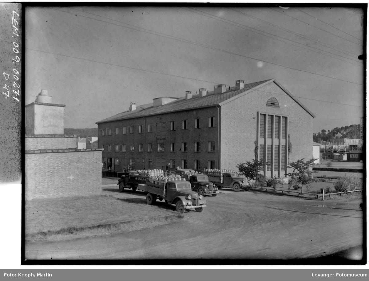 Steinkjer Meieri, med lastebiler utenfor.