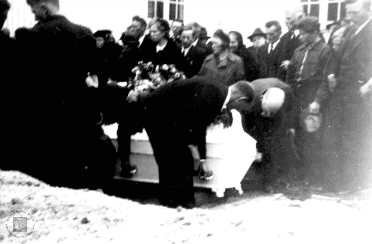 Ungdomshus brannen 1940, Begravelseskiste med 5 jenter