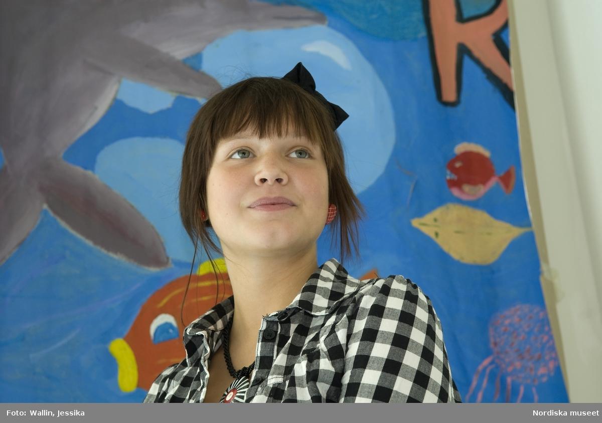 aa4c70cb6258 Dokumentation av ungdomsmode i Täby enskilda gymnasium. Julia Tellstam klädd  i svartvit-rutig skjorta