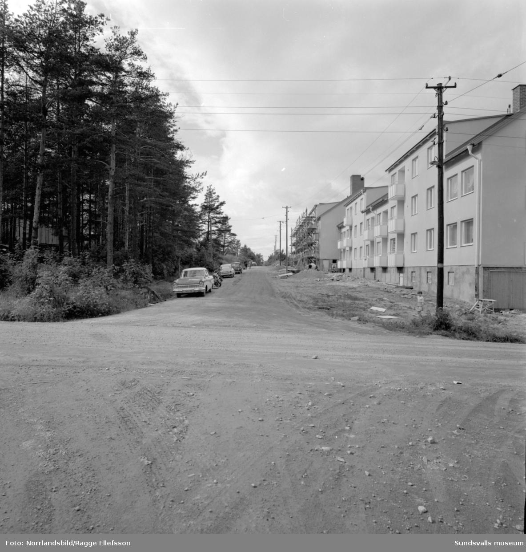 Saneringsområde i Skönsmon. Nya flerfamiljshus, gamla kåkar och pågående byggen. Ingvars Livsmedel på Kubikenborgsgatan.