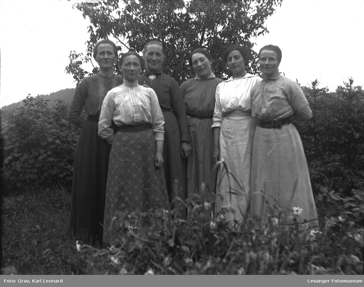 Gruppebilde, seks kvinner poserer ute.