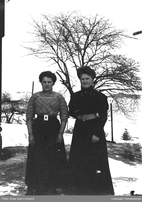 Portrett av to kvinner ute.