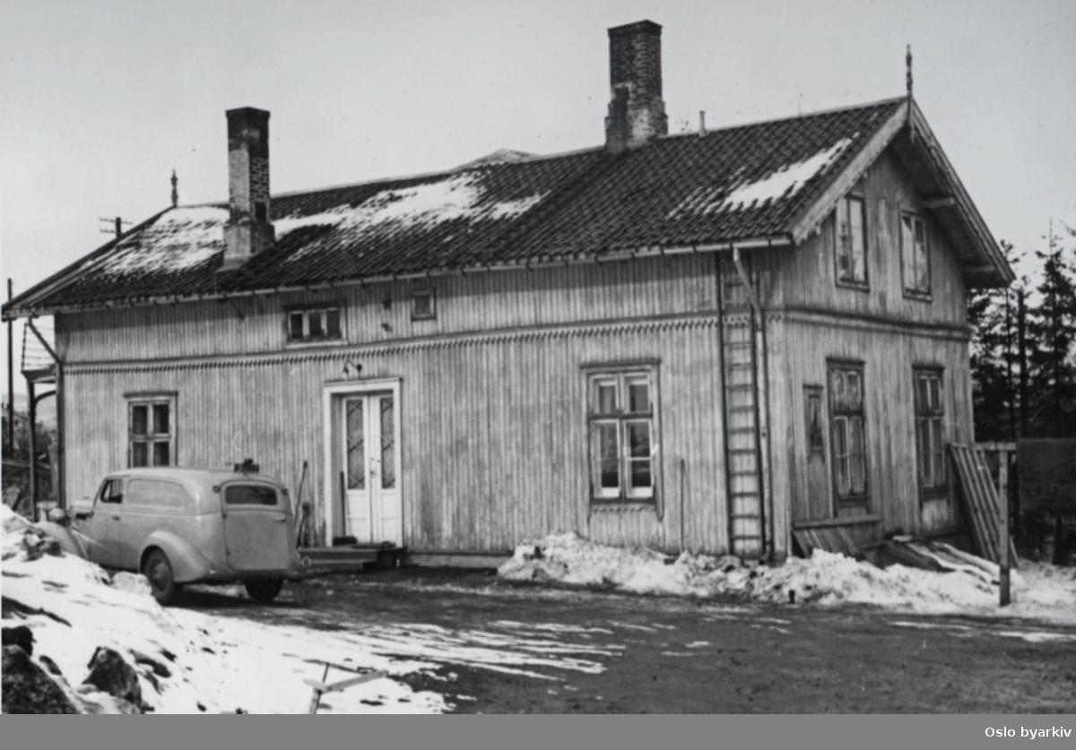 Høyenhallveien 2, eksteriør. En bil er parkert foran huset. Fra fotoalbum med tittel; Oslo kommune leiegårder, nedrevne eiendommer.