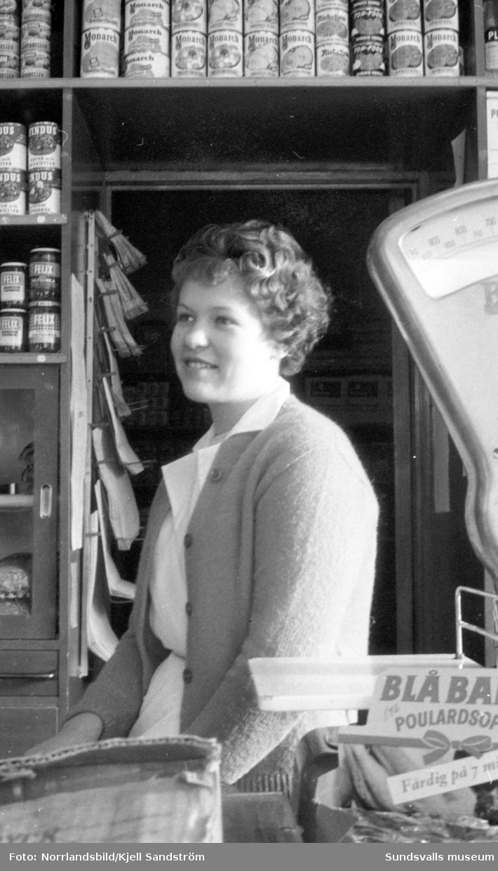 Fränstaflicka som driver en egen livsmedelsaffär.