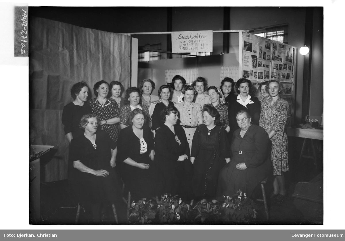 Kjøkkenutstilling med en gruppe kvinner.