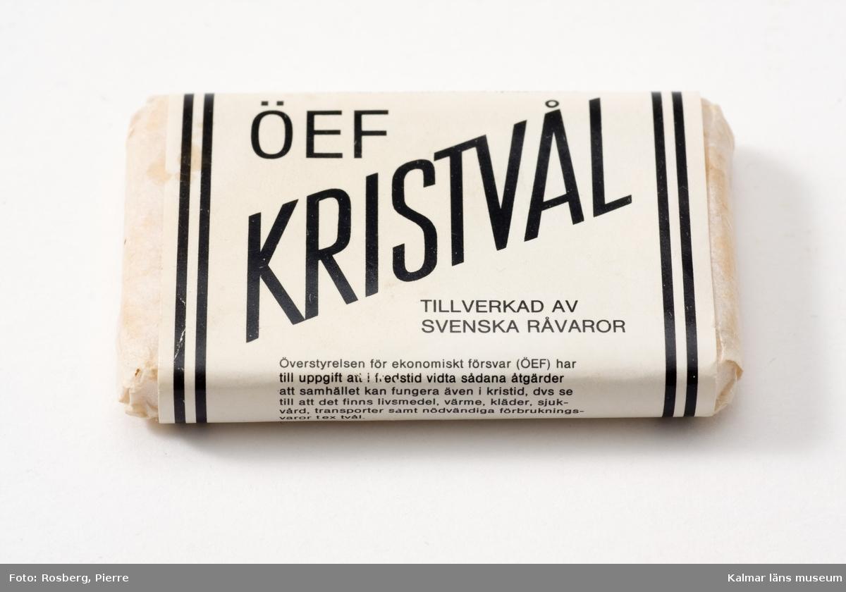 KLM 44427 Tvål, så kallad Kristvål. I originalförpackning. ÖEF Kristvål. Tillverkad av Svenska råvaror. Barnängen AB, Ekerö. Råvarorna är anpassade efter tillgängliga produkter i kristid. Talg och talgfettsyror, tallfettsyror och natronlut.