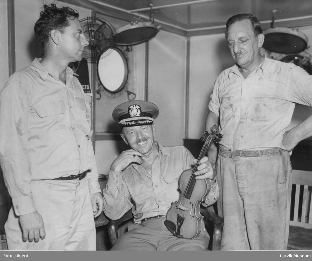 gruppebilde, 3 menn i båtkahytt