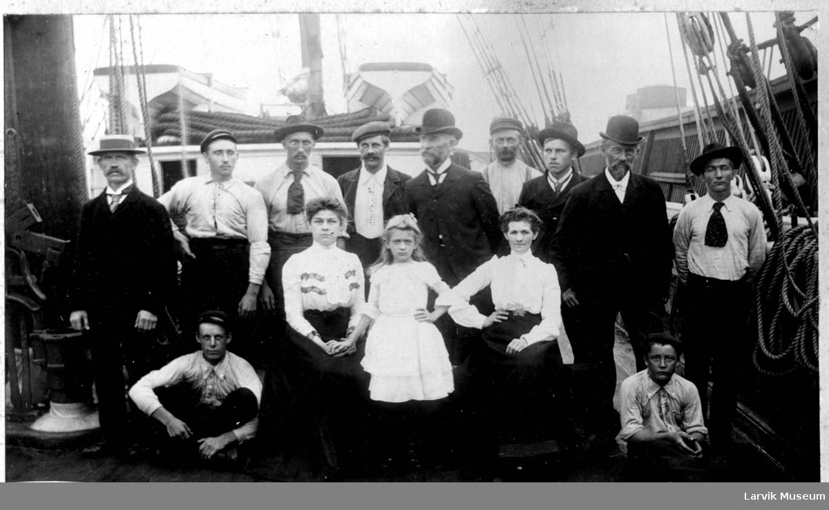 Gruppebilde, båtmannskap ombord på barken Electra