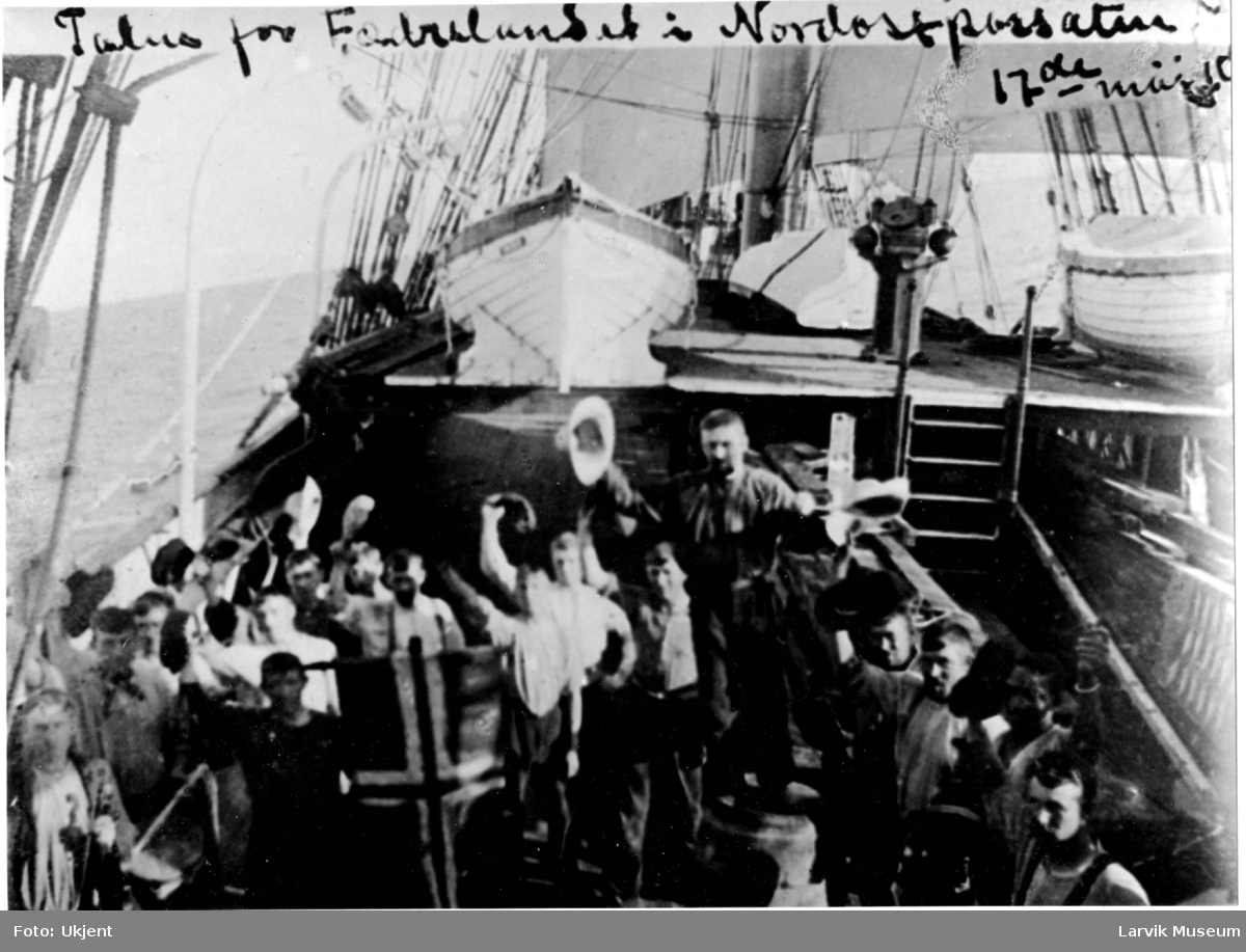 "Båtmannskap ombord på bark ""Emma"", 17de mai 1909"