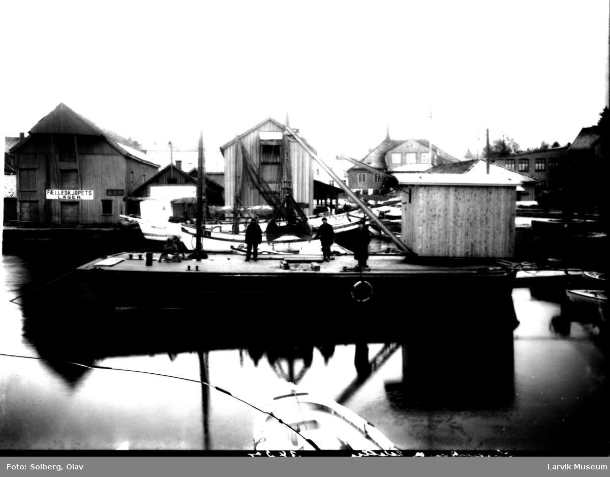 Havnemotiv, Skottebrygga i Larvik, Den gamle tollboden i bakgrunnen.