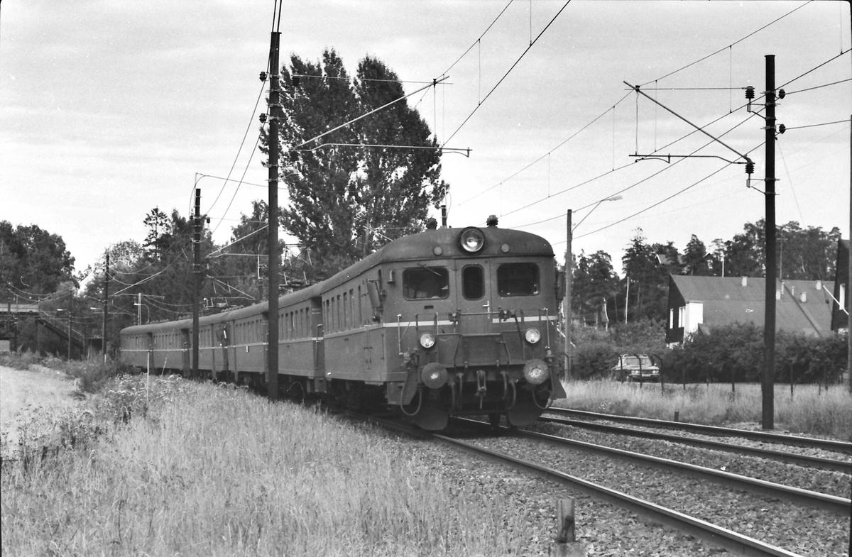 Hurtigtog med dobbelt motorvognsett type 68B passerer Strand holdeplass.